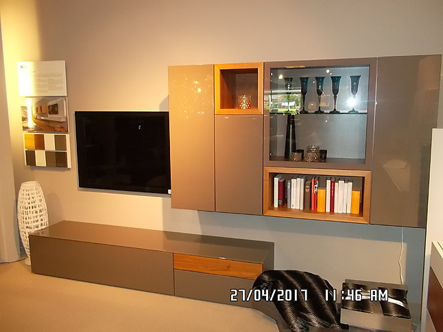schr nke und vitrinen neo wohnkombination neo in kernnussbaum von h lsta h lsta m bel von. Black Bedroom Furniture Sets. Home Design Ideas