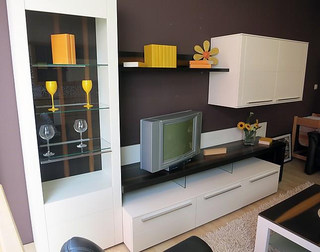 wohnw nde bellano wohnwand lack matt wei mit beleuchtung und passendem couchtisch gwinner. Black Bedroom Furniture Sets. Home Design Ideas