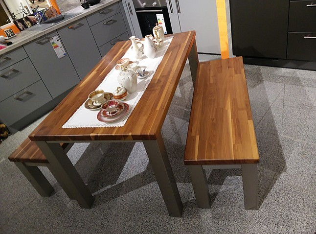 esstische tisch mit 2 b nken nussbaum massiv tisch mit 2 b nken nussbaum massiv sonstige. Black Bedroom Furniture Sets. Home Design Ideas
