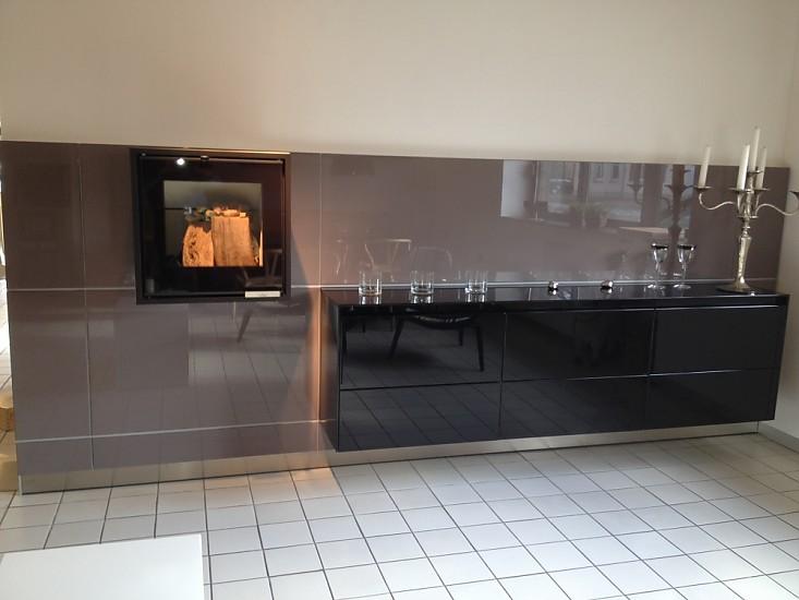schr nke und vitrinen b3 sideboard auf wandpaneele brillantlack schwarz auf aubergine bulthaup. Black Bedroom Furniture Sets. Home Design Ideas