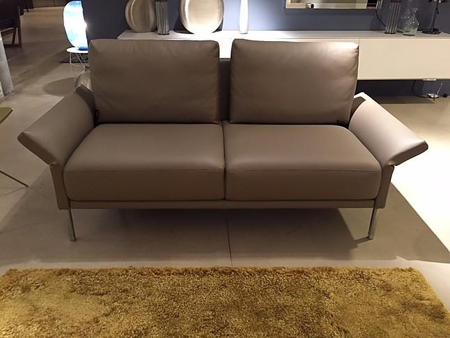 sofas und couches cara kleines elegeantes ledersofa rolf. Black Bedroom Furniture Sets. Home Design Ideas