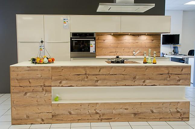 Küchen mit insellösung  Küchengerät Rational Küche in Magnolie kombiniert mit Cortina-Repro ...