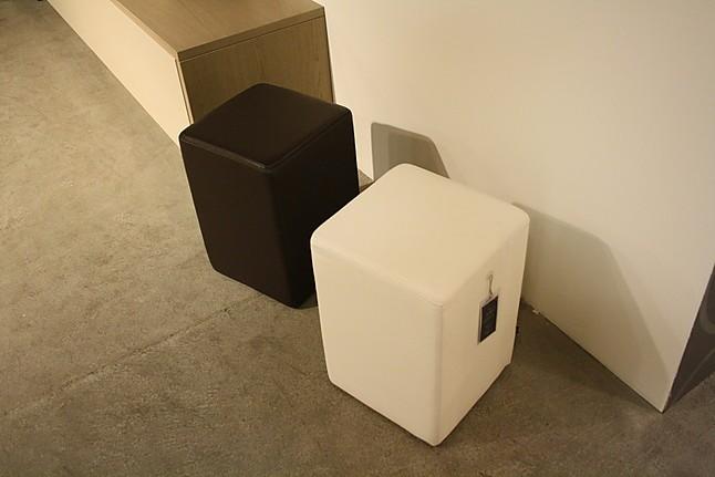 barhocker leder wei pomp hocker klein sonstige m bel von gienger k chen und einrichtungs gmbh. Black Bedroom Furniture Sets. Home Design Ideas