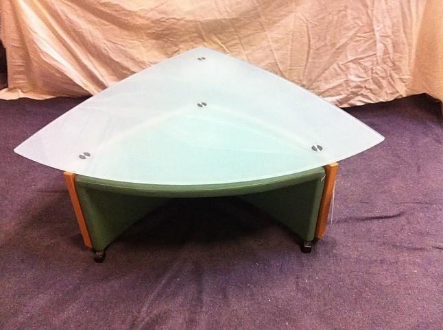 couchtische joey glastisch mit hocker joey von leolux. Black Bedroom Furniture Sets. Home Design Ideas