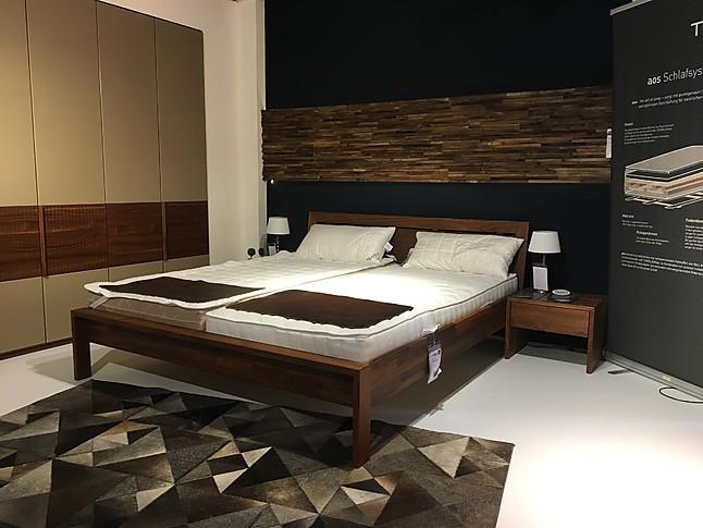 Bett und Nachtkästchen \