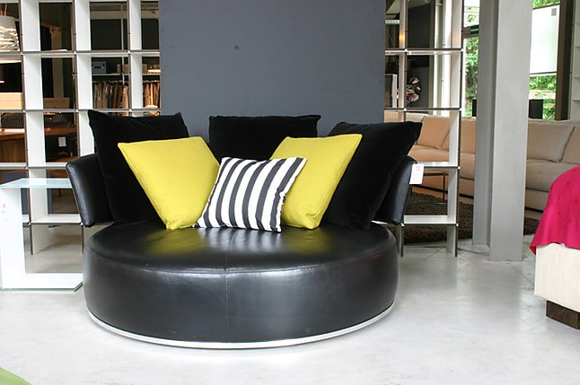 sofas und couches amoenus maxalto rundes sofa b b italia. Black Bedroom Furniture Sets. Home Design Ideas